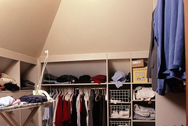 Poddasze - idealne miejsce na szafy, schowki i garderoby. Jak je urządzić?