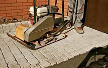 Jak zrobić ścieżkę z kostki betonowej - krok po kroku