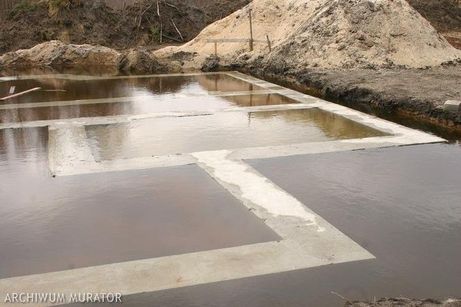 Fundamenty zalane przez wysoki stan wód gruntowych