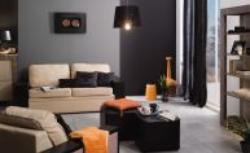 Kolory we wnętrzu: beż, czerń i szarość w salonie