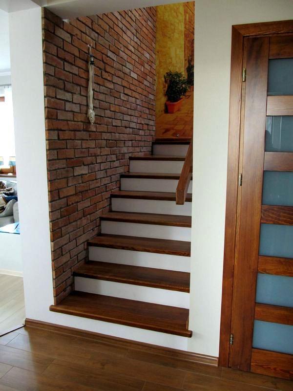 Klatka schodowa - ściany z cegły