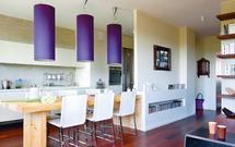 Nastrojowe oświetlenie stołu: odpowiednie lampy stołowe i barwa światła