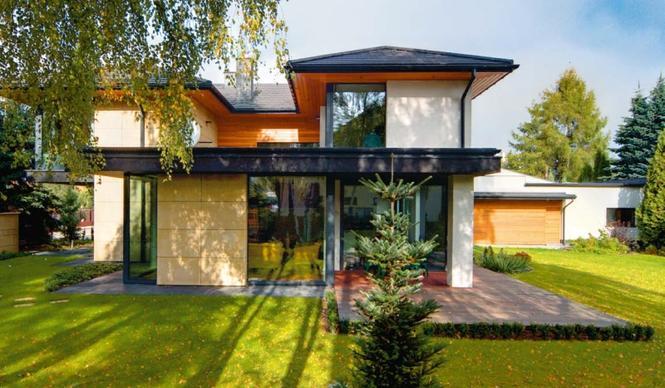 Nowoczesny dom z dużymi oknami i rozległym tarasem: cała bryła