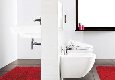Niestandardowa zabudowa łazienki - stelaże podtynkowe wydzielają strefy w łazience
