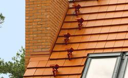 Bezpieczny remont dachu: co musisz wiedzieć o ławach kominiarskich?