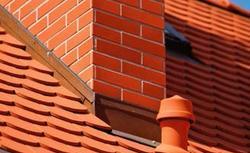 Szczelne przejście przez dach skośny. Jak montować kominki odpowietrzające i inne akcesoria dachowe?