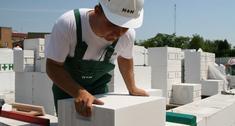 Zaprawa tradycyjna czy cienkowarstwowa. Jak murować z betonu komórkowego?