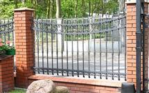 Formalności prawne przy budowie ogrodzenia. Czy konieczne jest pozwolenie na budowę lub zgłoszenie?