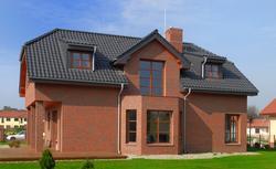Jakie jest wymagany kąt nachylenia dachu, aby ułożyć na nim dachówkę ceramiczną?