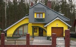 Kolory ścian domu. Elewacje czerwone, niebieskie, żółte (zdjęcia domów)
